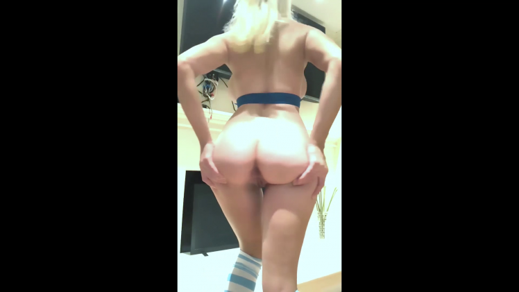 Courtney Stodden stripping, showing of her smooth pussy and teasing it on cam