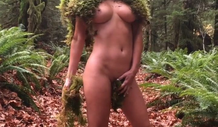 BTS content from Sara Jean Underwood's famed Moss shoot (9 Naked Photos)