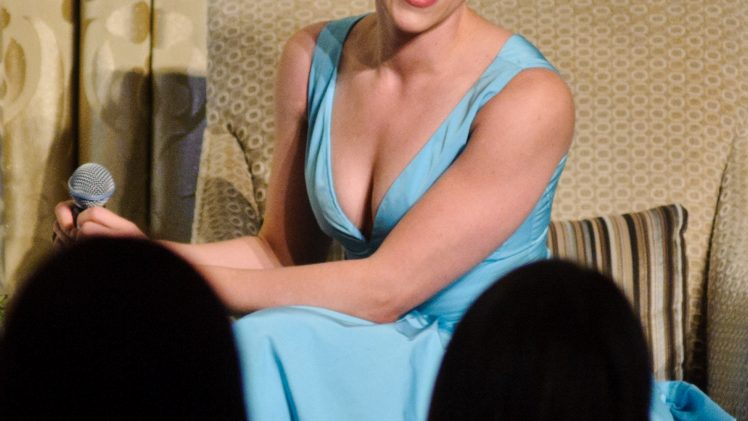 Stunning Scarlett Johansson Cleavage Picture Collection (11 Photos)