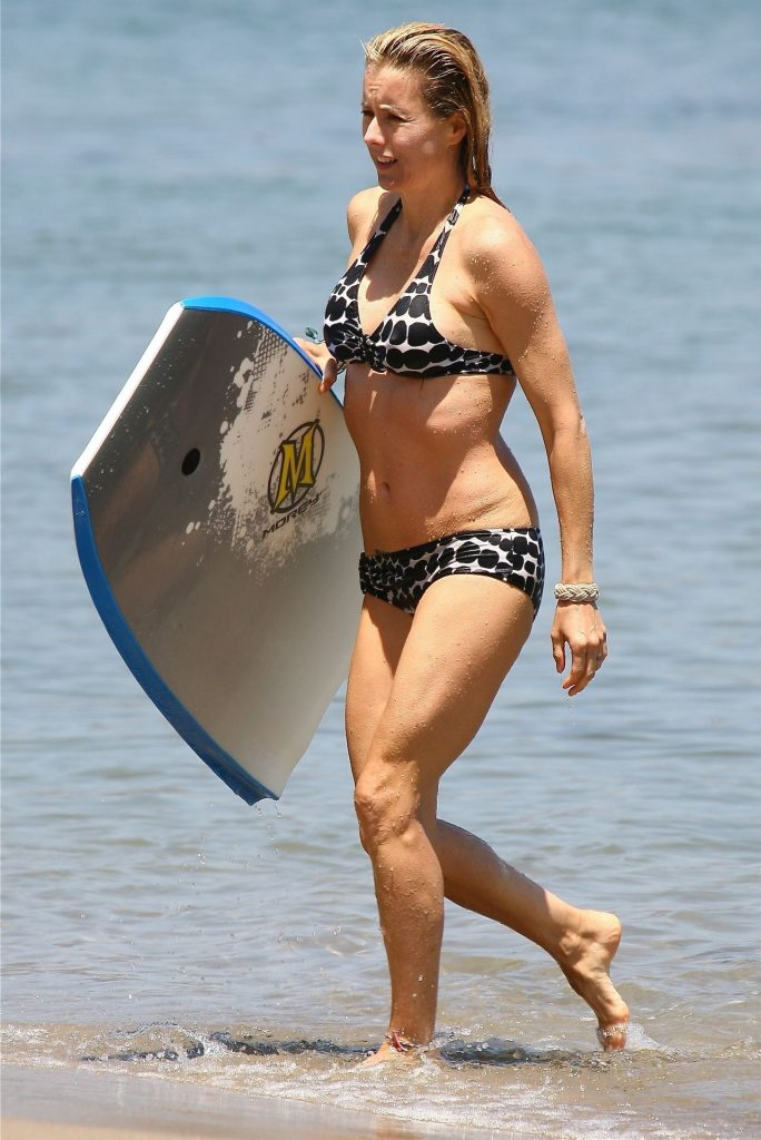Blond MILF Téa Leoni Shows Her Body While Hanging Out on the Beach gallery, pic 6
