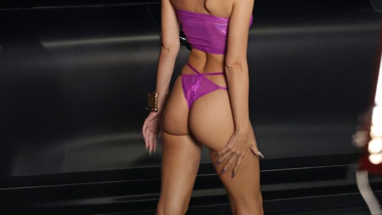 Flawlessly Fit Emily Ratajkowski Shows Her Perfect Body on the Runway